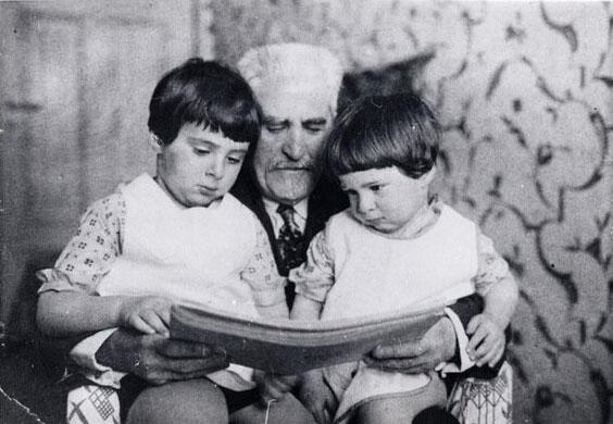 Цемах Шабад с внучками